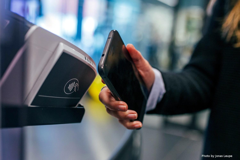 Ukrainians shift to cashless transactions